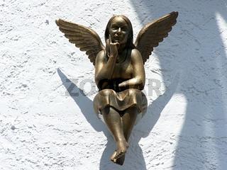 Goldener Engel an Hausfassade
