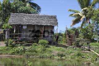 Afrikanische Hütte am Fluss, Madagaskar