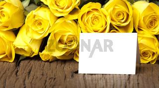 Gelbe Rosen mit einem beschreibbaren Karte
