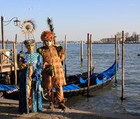 Masken am Ufer