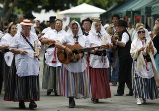 Eine Folklore Tanzgruppe bei einem Auftrit im Dorf Haria  im Osten der Insel Lanzarote auf den Kanarischen Inseln.