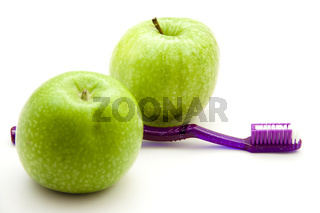 Grüne Äpfel mit Zahnbürste