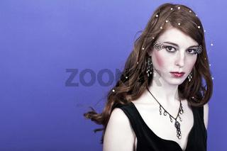 Junge Frau vor blauem Hintergrund