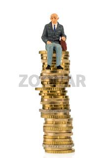 Rentner sitzt auf einem Geldstapel