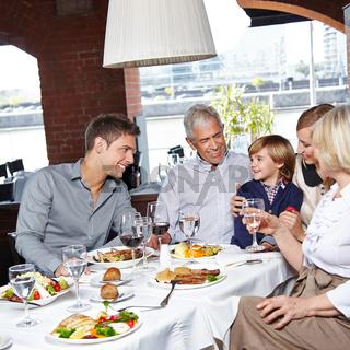 Familie mit Kindern im Restaurant