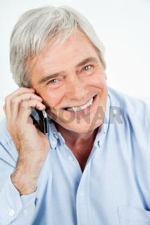 Zufriedener Senior telefoniert