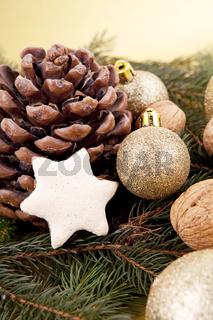 Festlicher Christbaumschmuck mit Weihnachtlichen Kugeln auf grünem Hitergrund