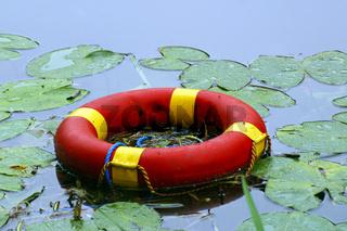 Rettungsring schwimmt auf einem See