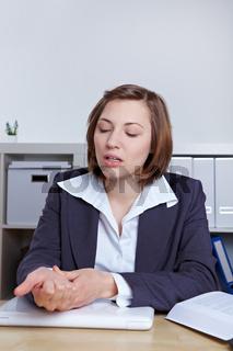 Angestellte mit Sehnenscheidenentzündung