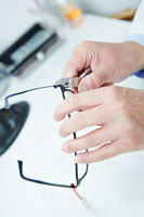 Optiker repariert Brille