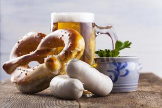 Bayerische Weißwurst mit Bretzel und Bier