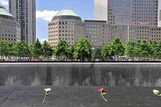Gedenkstätte World Trade Center, Südbecken, die Namen der Opfer sind auf Bronzebändern, die die Becken umranden, eingefräst, dahinter das World Financial Center, 9-11 Memorial, Ground Zero, Financial District, Manhattan, New York City, USA, Nordamerika, A