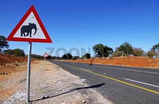 Ausschilderung am Chobe Nationalpark, Chobe Nationalpark, Botswana; signpost in Chobe National Park