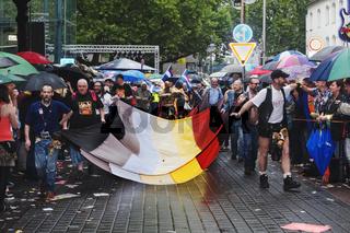 Demonstranten mit Fahne