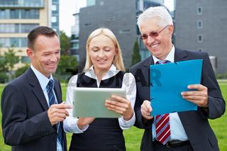 Business-Team mit Tablet Computer