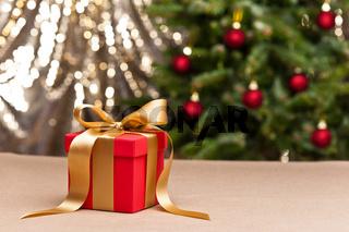 Ein Geschenk mit goldenen Schleife