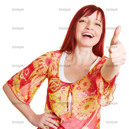 Lachende Frau hält Daumen hoch