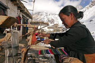 Näherin im Pilgerort Muktinath in Nepal