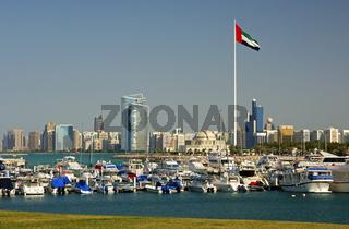 Jachthafen mit der Nationalflagge und die Skyline von Abu Dhabi