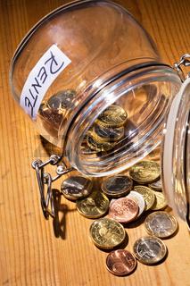 Glas mit Münzen. Aufschrift Rente / Pension