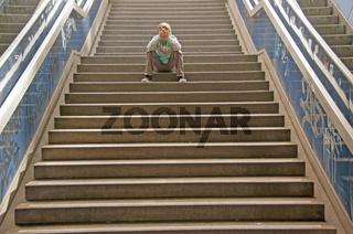 Einsamer elfjähriger Junge, Treppe einer Unterführung, Ebertplatz, Köln, Nordrhein-Westfalen, Deutschland, Europa