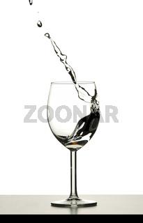 Wasser spritzt aus einem Glas