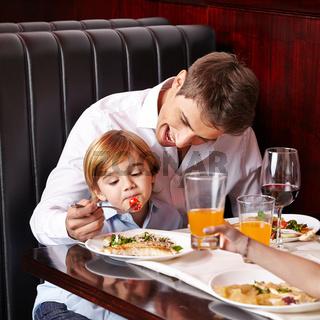 Kind mäkelt beim Essen