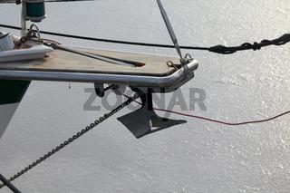 Bugspriet und Anker von einem Segelboot
