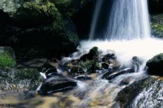 zwischen dem Wasserfall soft blau