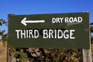 Schild zur Third Bridge im Moremi Game Reserve, Botswana; signpost to Third Bridge at Moremi Game Reserve, Botsuana