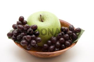 Grüner Apfel mit Wein trauben