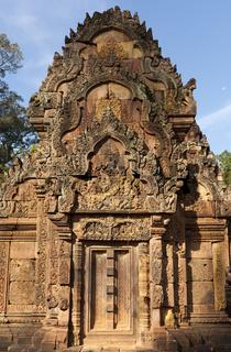 Turm mit feinen Steinschnitzarbeiten im Banteay Srei Tempel