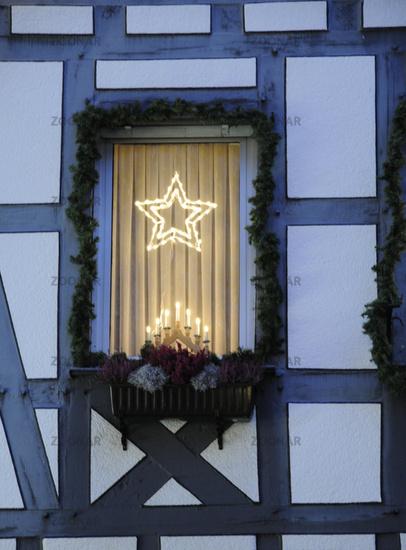 Weihnachtsbeleuchtung Dachfenster.Foto Fenster Mit Weihnachtsbeleuchtung Bild 2891199