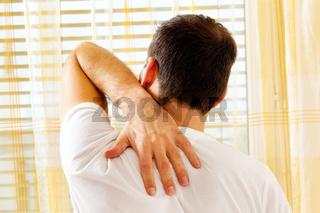 Mann mit Rückenschmerzen