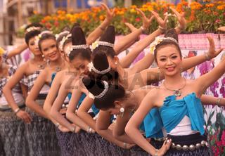 Eine traditionelle Tanz Gruppe zeigt sich an der Festparade beim Bun Bang Fai oder Rocket Festival in Yasothon im Isan im Nordosten von Thailand.