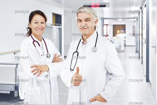 Arztin und Arzt Flur Krankenhaus