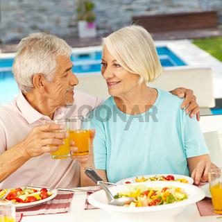 Paar Senioren beim Mittagessen