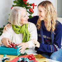 Seniorin im Pflegeheim feiert Weihnachten
