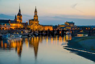Panorama über die Elbe, v.l.n.r.: Brühlsche Terrasse, Sekundogenitur, Hausmannsturm vom Schloss, Ständehaus, Hofkathedrale, Semperoper und Augustusbrücke, Dresden, Sachsen, Deutschland, Europa
