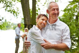Paar Senioren umarmt sich im Wald