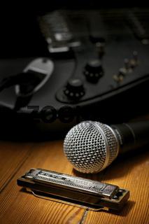 Mundharmonika, Mikrofon und E-Gitarre