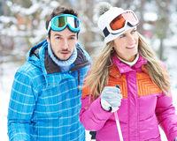 Mann und Frau beim Skilanglauf im Winter