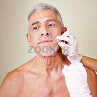Alter Mann lässt sich Falten wegspritzen