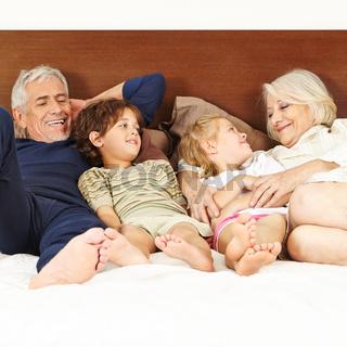 Späte Eltern mit zwei Kindern