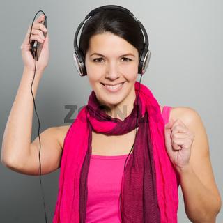 Schöne modische Frau hört Musik
