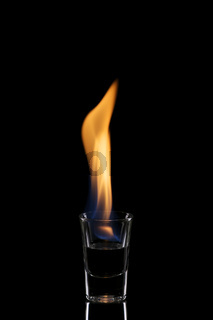 Glas mit brennendem Alkohol