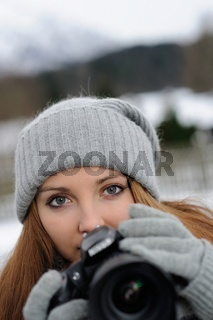 Frau mit digitaler Kamera