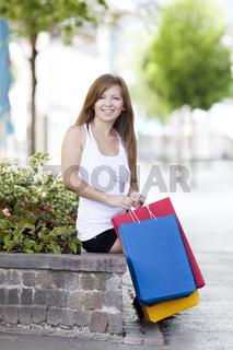 junge Frau in der Stadt beim einkaufen