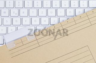 Tastatur und Aktenmappe