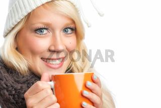 blonde frau trinkt tee
